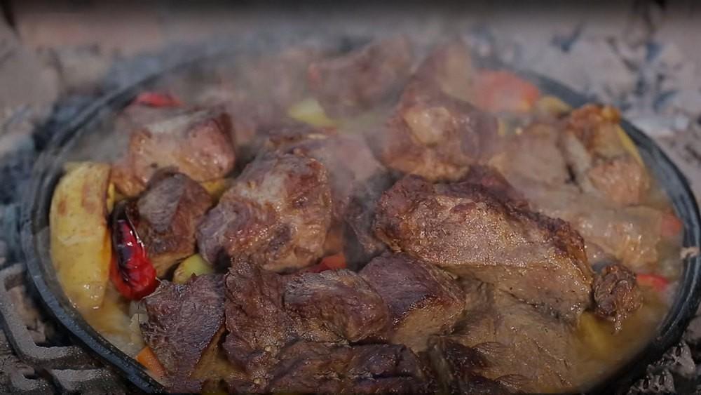 Готовое мясо гриль на углях